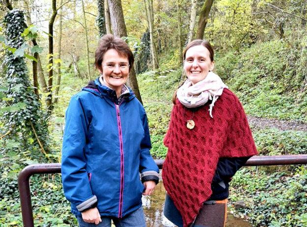 Kräuterfrau Dorothee Schanze (li.) und Anke Dobel (re.). Foto: Kultur- & Tourist-Info Melsungen