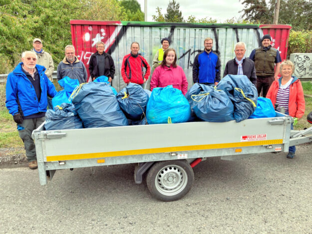 Einen Anhänger voll Abfall sammelten die Ehrenamtlichen innerhalb von nur zwei Stunden zusammen. Foto: nh