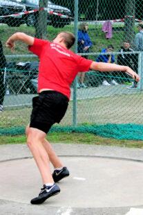 Oft dauert es Jahre, bis junge Athleten diese 6_4-Drehung richtig beherrschen. Luis nimmt eine perfekte Haltung beim Abwurf ein. Foto: nh