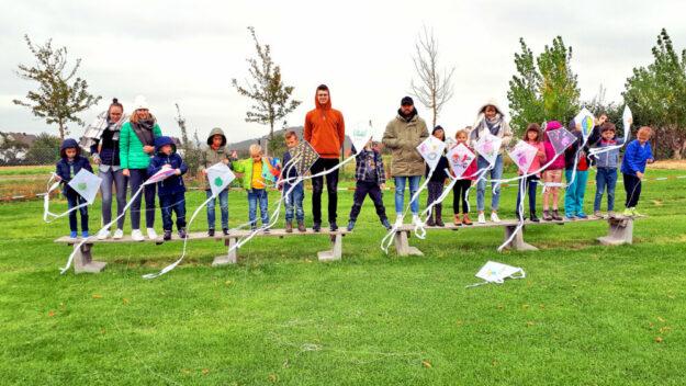 Drachenparade im Wind: Ferienbetreuung der Stadtjugendpflege. Foto: nh