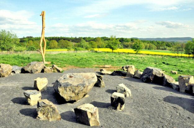 Den historischen Versammlungsplatz symbolisiert heute diese Skulpturengruppe. Foto: Stadt Gudensberg