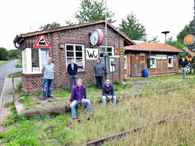 Prof. Dr. Herbert Wassmann, Timo Martinetz, Carsten Volze, Rudolf Wolff und Marc Koller (v.li.) setzen sich für eine Wiederbelebung der Bahnstrecke ein. Foto: nh