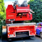 Hier wird es knapp: Das Feuerwehrfahrzeug in Maden wird von einem nicht zurückgeschnittenen Baum behindert. Foto: nh