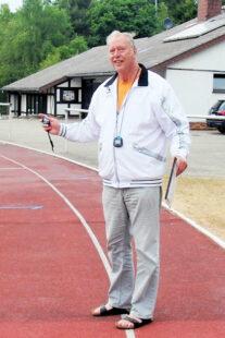 Mit Stoppuhr und Notizkladde dokumentierte Trainer Wagner akribisch genau die Leistungen seiner jungen Schützlinge.  Foto: nh