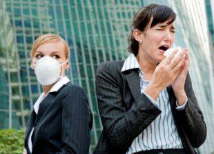 Büroangestellte mit Taschentuch und Maske – die Viren sind inzwischen omnipräsent. Foto: DAK Gesundheit