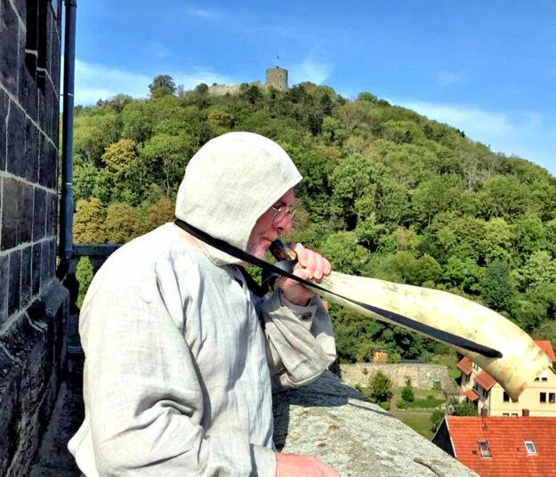 Er stößt ins Horn, wo seine Vorgänger noch die Trompete bliesen: Türmer Mike Luthardt. Foto: Gudrun Löwer