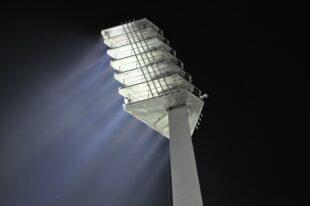 Die Kreisverwaltung bezuschusst die Umrüstung alter Flutlichtanlagen auf die wesentlich sparsamere LED-Technik. Foto. Ralf Günther   Pixabay