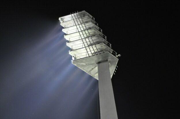 Die Kreisverwaltung bezuschusst die Umrüstung alter Flutlichtanlagen auf die wesentlich sparsamere LED-Technik. Foto. Ralf Günther | Pixabay