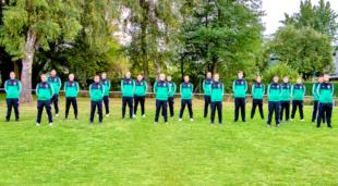 Wie das Sponsorenbild zeigt, können die beiden Herrenmannschaften in ihren Präsentationsanzügen die Einheit der Teams unterstreichen. Foto: nh