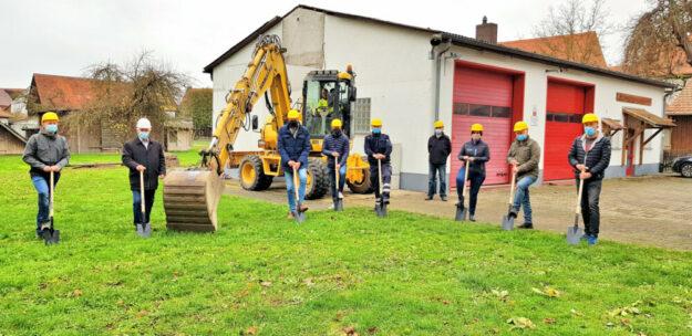 Planer, Kommunalvertreter, Bau- und Feuerwehrleute haben sich zum ersten Spatenstich fürs Gruppenfoto versammelt. Foto: Gemeinde Willingshausen