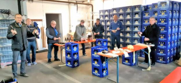 Die Homberger Lions halfen, die Flaschen ordentlich zu labeln, denn erst das Etikett macht den Gerstensaft zum echten Weihnachtsbier. Foto: nh