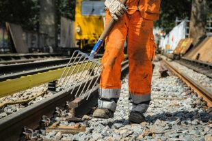 Gleisbauer arbeiten an den Verkehrswegen von morgen. Durch die wirtschaftlichen Folgen der Corona-Pandemie könnten nun wichtige Zukunftsinvestitionen auf der Strecke bleiben, warnt die Gewerkschaft. Foto: IG BAU