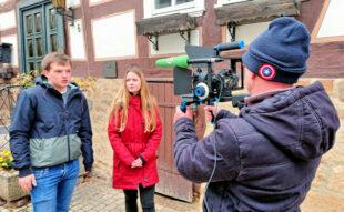 Melchior Jacob und Alida Scheibli in einer Szene vor der ehemaligen jüdischen Schule in der Felsberger Obergasse Nr. 6. Hinter der Kamera steht Jörg Ruckel vom Offenen Kanal Kassel. Foto: nh