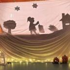 Spannende Unterhaltung am Martinstag: Den Kindern der Kita Hosenmatz in Treysa bot sich ein tolles Schattentheater. Foto: Stadt Schwalmstadt