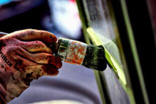 Maler und Lackierer sind auch in Pandemiezeiten stark gefragt. Jetzt sollen sie mehr Geld bekommen, fordert die IG BAU. Gleichzeitig kritisiert die Gewerkschaft das bisherige Minimal-Angebot der Arbeitgeber. Foto: IG BAU