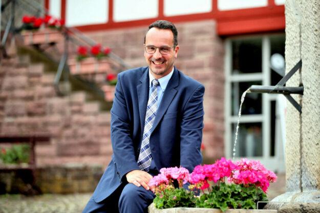 """Bürgermeister Michael Köhler freut sich als Vorsitzender des Hessischen Heilbäderverbandes über die Anhebung des """"Bäderpfennigs"""". Foto: Heiko Rohde   Bad Zwesten"""