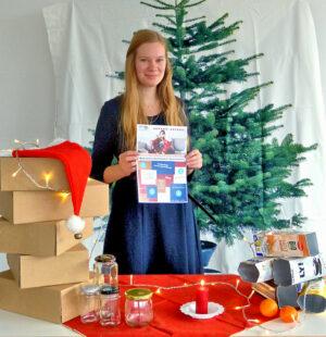 Ann-Katrhin Bühn von der Jugendförderung des Schwalm-Eder-Kreises zeigt einige Inhalte der kostenlosen Materialbox. Foto: Jugendförderung | Kreisverwaltung Schwalm-Eder