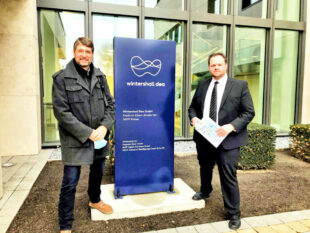 Über künftige Energieträger informierten sich Dipl.-Ing. Jürgen Sapara (li.) und Europaparlamentarier Engin Eroglu bei der Wintershall DEA in Kassel. Foto: FREIE WÄHLER