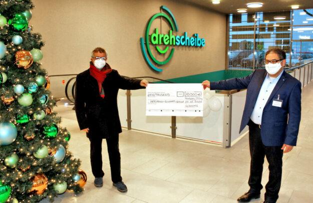 Mohamed Younis (re.) übergibt den Spendenscheck in Höhe von 10.000 Euro an Dietmar Schleicher, Schulleiter der Hermann-Schafft-Schule. Foto: Alexander Wittke   nh