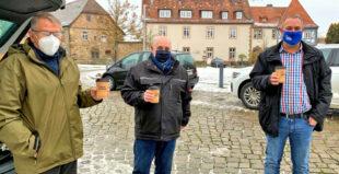 Wer auf dem Paradeplatz einen Weihnachtsbaum aufstellt, darf sich auch an einer Tasse Kaffee erfreuen. Foto: FREIE WÄHLER