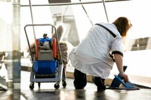 Gebäudereinigerinnen leisten durch ihre Arbeit einen Beitrag gegen die Infektionsgefahr in Betrieben, Büros und Behörden. Dennoch bleiben sie oft auf den Kosten für den eigenen Gesundheitsschutz sitzen, bemängelt die zuständige Gewerkschaft. Foto: IG BAU