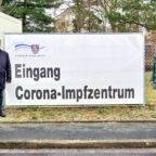 Landrat Winfried Becker und Landtagsabgeordnete Wiebke Knell vor dem (noch) geschlossenen Impfzentrum in Fritzlar. Foto: FDP
