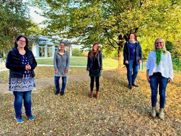 Gemeinsam haben (v.li.) Christina Philippi, Sabrina Banchereau, Katharina Dersmann, Anke Wessel und Monika Wiegand den neuen Förderverein der KiTa Welt-Entdecker auf die Reise geschickt. Foto: nh