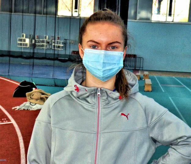 Vivian Groppe muss in der Sporthalle die Mund-Nase-Bedeckung tragen. Foto: nh