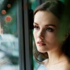 Die Regeln der Pandemie haben gezeigt, wie schnell Frauen in eine Spirale der Einsamkeit geraten können. Fotomontage: Ursula Schneider | Pixabay