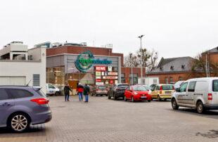 Ausreichend Zeit für entspanntes Einkaufen: Im Einkaufszentrum Drehscheibe in Homberg (Efze) wird ab Februar die kostenfreie Parkzeit von zwei auf drei Stunden erhöht. Foto: Richard Kasiewicz
