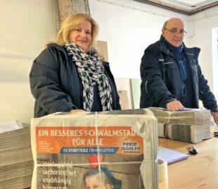 Sabine Fenner und Gerhard Reidt von FREIE WÄHLER Schwalmstadt mit der Zeitung: Schwalmstadt – Unsere Heimat. Foto: nh