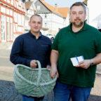 Kein Klinkenputzen! André Teumer-Weißenborn (li.) und Dominik Leyh tragen ihre Wahlkampf-Flyer dieses Mal nicht selbst von Haus zu Haus. Foto: CDU