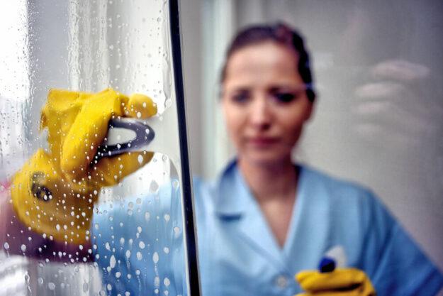 """In der Gebäudereinigung arbeiten viele Frauen mit 450-Euro-Verträgen. In der Krise sind sie kaum geschützt, kritisiert die IG BAU und macht auf diese """"Karrierefalle Minijob"""" aufmerksam. Foto: IG BAU"""