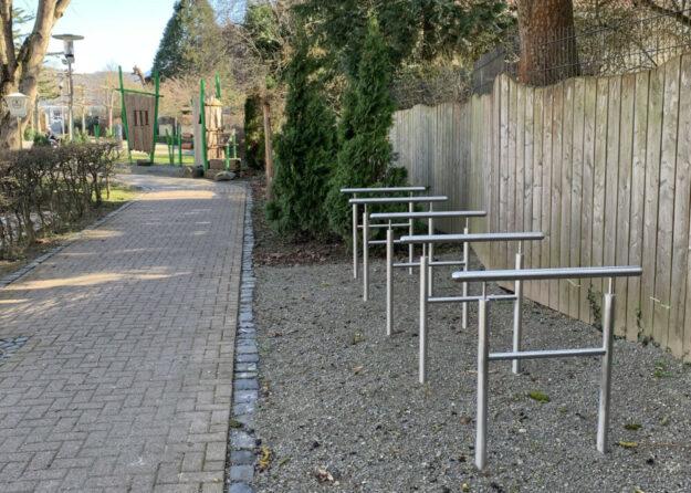 Fünf neue Fahrradständer im Gudensberger Stadtpark. Foto: nh
