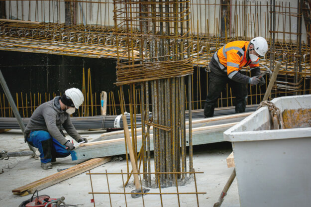 Bauarbeiter können kein Homeoffice machen – und tragen auch ohne Pandemie ein erhöhtes Risiko, im Job zu erkranken oder zu verunglücken. Die IG BAU fordert mehr Anstrengungen beim betrieblichen Arbeitsschutz. Foto: IG BAU