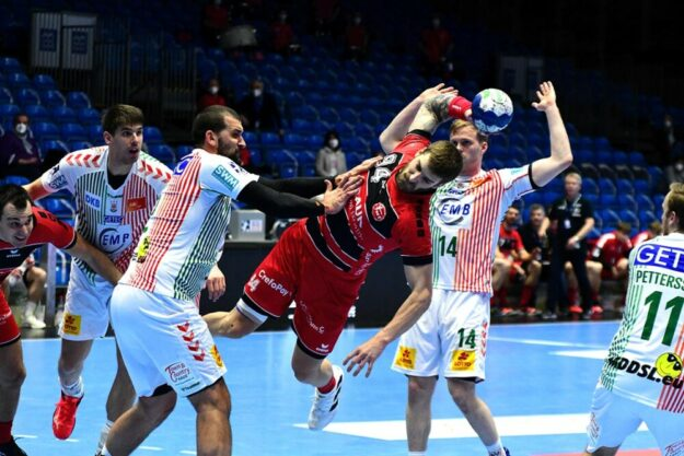 Szene aus dem Hinspiel: Domagoj Pavlovic setzt sich gegen Zeljko Musa druch. Foto: Hartung/nh
