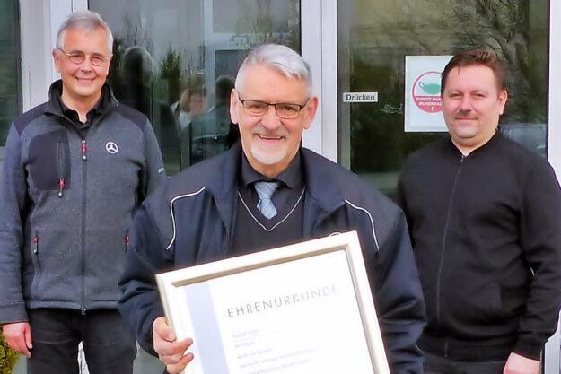 Der geehrte Rudolf Pöltl mit Bernd Wendt (li.), Inhaber des Autohaus Rasner GmbH, und Obermeister Alexander Schmalz (re.). Foto: Kreishandwerkerschaft Schwalm-Eder