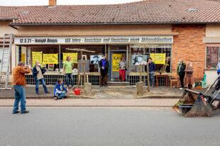Die frühere Bäckerei Dittschar ist auf dem Weg zu einem neuen Kulturort im Malerdorf – zum Auftakt spendierte der Förderverein Kulturlandschaft Schwalm dem Projekt zwei Beuys-Bäume. Foto: Roswitha Bechtel