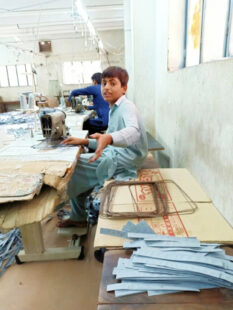 In einer Textilfabrik in Pakistan begann Ali Bs. arbeitsreiches und lebensgefährliches Leben.  Foto: Region-Verlag