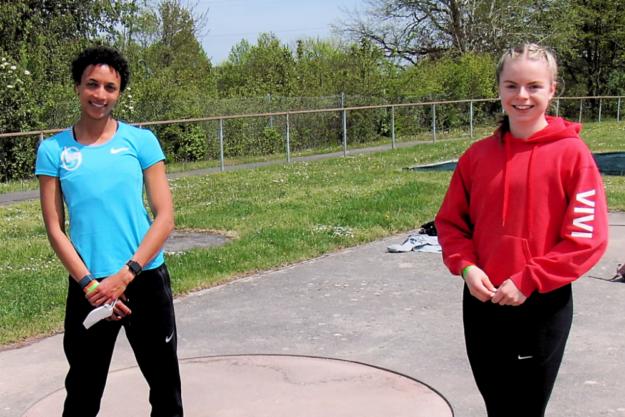 Sie konnten sich über den gelungenen Saisoneinstand freuen: Weitsprung-Weltmeisterin Malaika Mihambo und Vivian Groppe, die sich über 150 Meter auf glänzende 18,13 Sekunden verbesserte. Foto: nh
