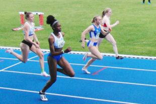 Zehn Meter vor dem Ziel liegt Vivian Groppe im 100m-Lauf auf gleicher Höhe wie Holly Okuku (11,98) und Fabienne Fliedner (12,07). Auf Rang vier läuft die zweite der deutschen U18-Meisterschaften über 200 Meter, Helen Baumgarten (12,19). Foto: nh