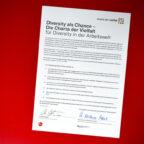 Die original Urkunde der Charta, unterzeichnet von Staatsministerin Annette Widmann-Mauz, Beauftragte der Bundesregierung für Migration, Flüchtlinge und Integration, und Christine Höhmann, Leiterin Marketing und Kooperationen der MT Melsungen Bundesliga-Handball. Foto: Alibek Käsler