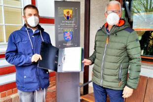 Die Initiatoren des Bürgerbegehrens, Jakob Glück (li.) und Siegfried Schäfer, haben die Unterschriften der Stadtverwaltung überlassen. Foto: Jörg Warlich