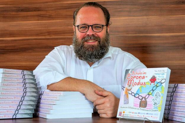 """Tobias Greilich gibt die Publikation """"Schule im Corona-Modus"""" der """"Aktion Hessen hilft"""" heraus. Foto: nh"""