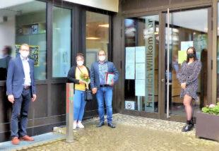 Bürgermeister Volker Steinmetz, Familie Chiahou und Katharina Lang, Fachbereich Generationen und Soziales (v.li.). Foto: nh