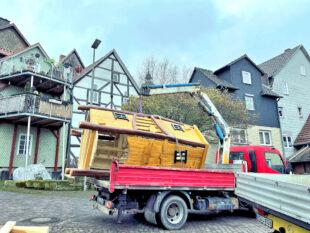 Der künftige Spielturm für den neugestalteten Spielplatz am Renthof wird vom Wagen geladen. Foto: nh