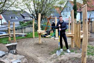Fabian Schleuning betreut auch den Neubau des Spielplatzes am Renthof. Seit einigen Wochen verstärkt der Bautechniker das Team des Fachbereichs Bauen im Gudensberger Rathaus. Foto: nh