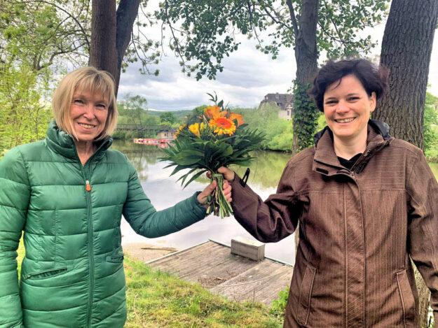 Dr. Nathalie Jänner (re.) dankt Christiane Rößler für die langjährige Arbeit als Sprecherin. Foto: nh