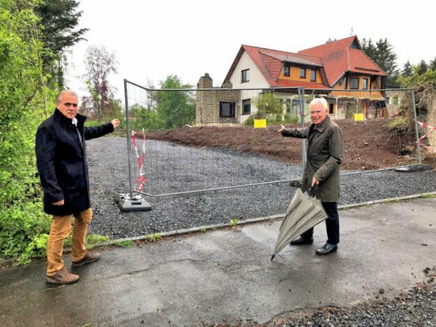 Fraktionsvorsitzender Dr. Hans-Gerhard Heil (li.) und Parteivorsitzender Christian Seyffarth am ehemaligen Hotel Parkcafé Reuter. Foto: nh
