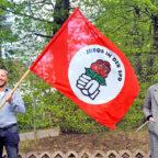 Der Juso-Bezirksvorsitzende René Petzold hält die Fahne mit seiner Stellvertreterin und Bundesausschussvertreterin, Laura Brüchle, hoch. Foto: Tim Klimach, Juso-Bezirk Hessen-Nord